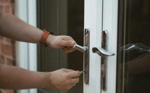 Установка дверного замка на железную дверь